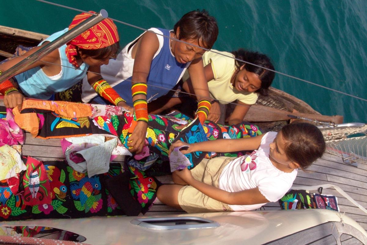 010) Na pamiątkę, prezenty i pomoc Indianom Kuna na San Blas