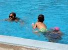 010) Dzieci igrają w basenie