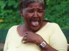 010) Babcia oglądająca tańczącą wnuczkę