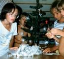 Dzieci z innych Jachtów pomogły Karolince ubrać choinkę
