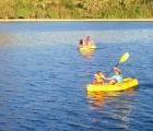 008) Lubią pływać kajakiem