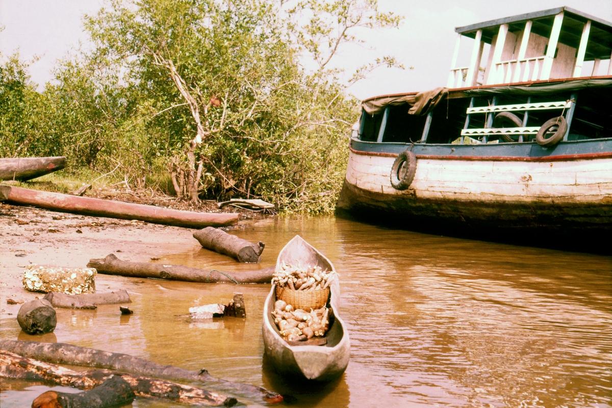 Dłubanka i stateczek rzeczny