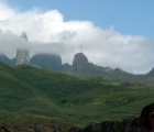 012) Wrzecionowate szczyty Wyspy Ua Pou