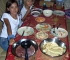 012) Dumne z przygotowanej przez siebie kolacji wigilijnej