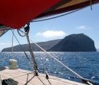 010) Wyspa - wulkan, której bok wyrwało