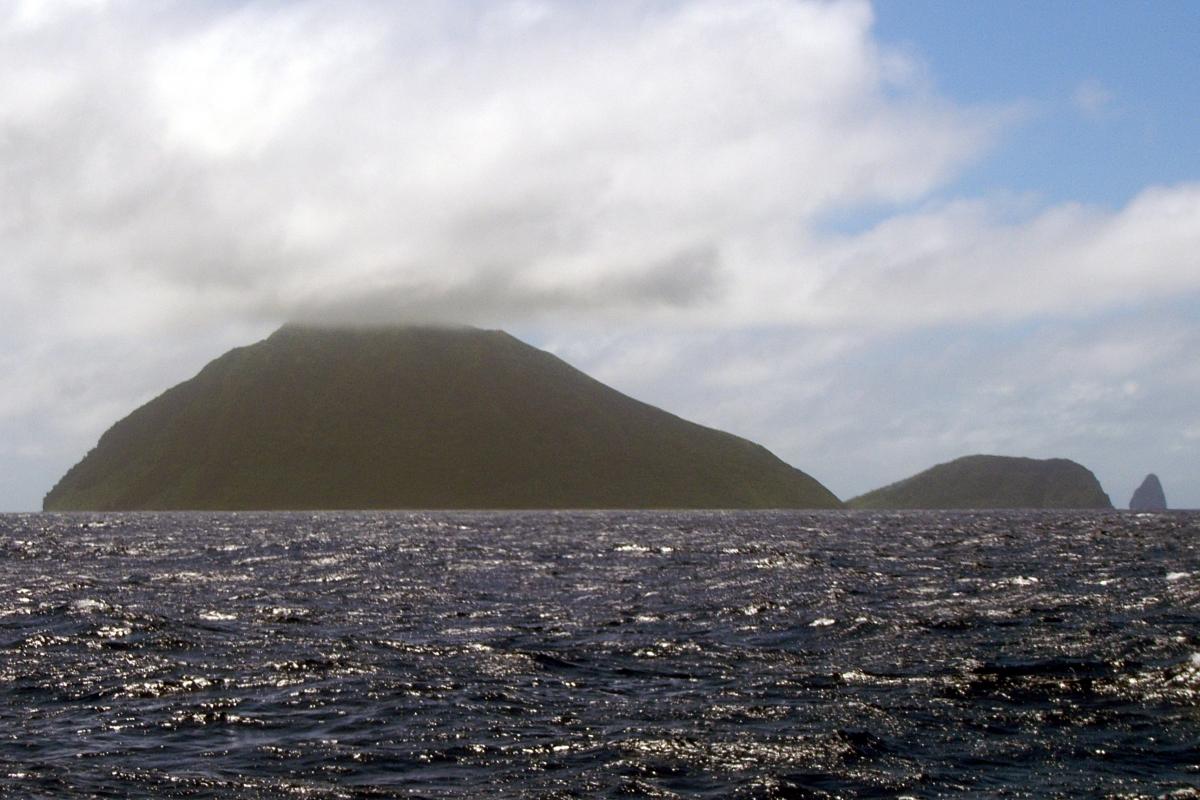 015) Wulkan Mataso i skała Etarik