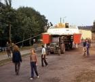 Za traktorem, na przyczepie do Portu